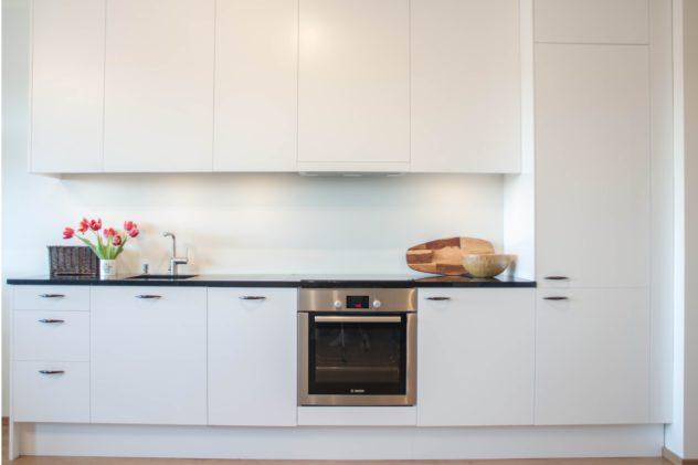 Släta köksluckor i en obruten vit färg