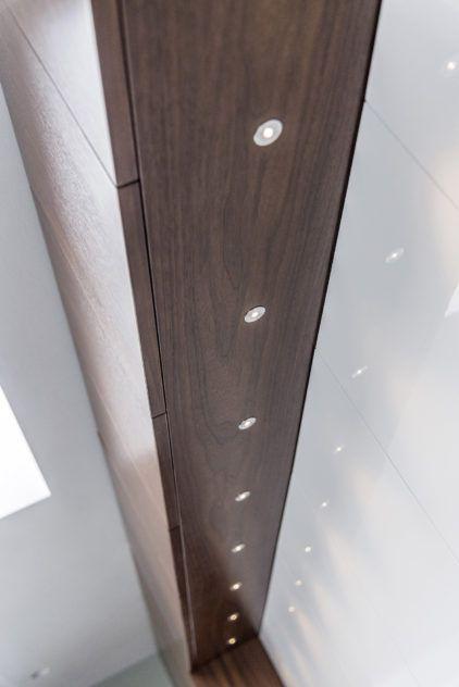 Luckor och täcksida med spotlights i valnöt