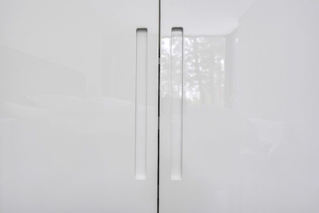 Högblanka vita dörrar med grepp till PAX stomme