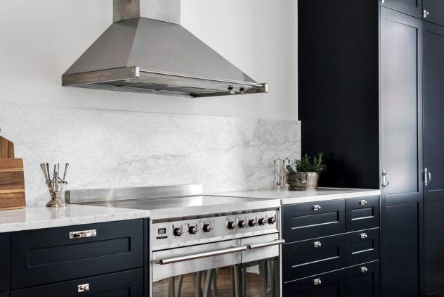 Luckan Shaker 1 lackade i S 8010-R90B med bänkskiva i äkta italiensk Carrara marmor.