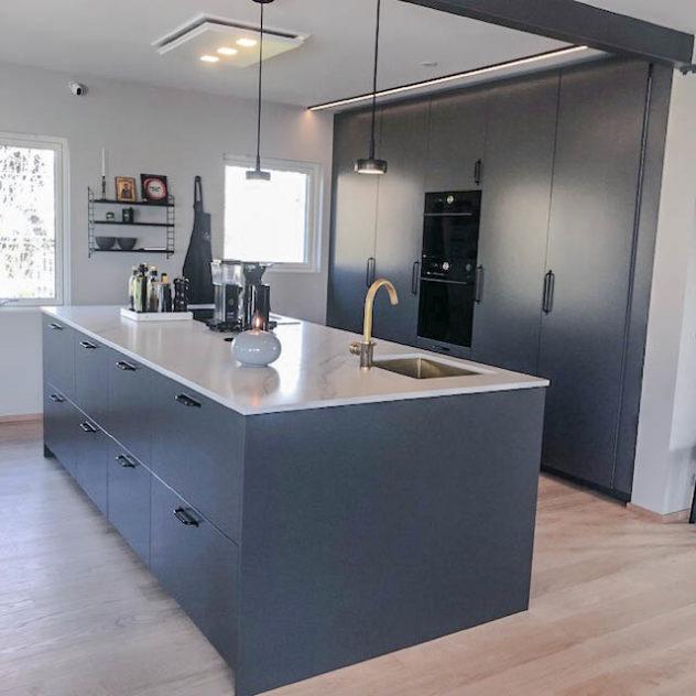 Släta luckor i S7500-N. Måttanpassad täcksida till köksö för att täcka 2 st 60cm djupa Ikea Metod skåp.